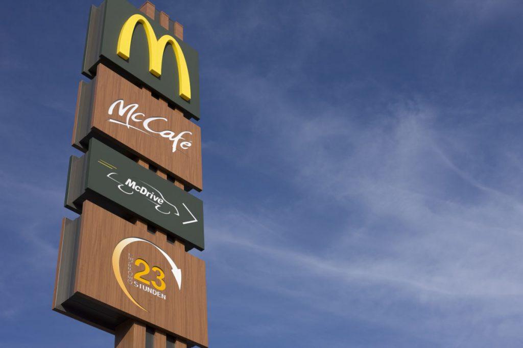 McDrive odbiór osobisty jedzenia bez wysiadania z samochodu.